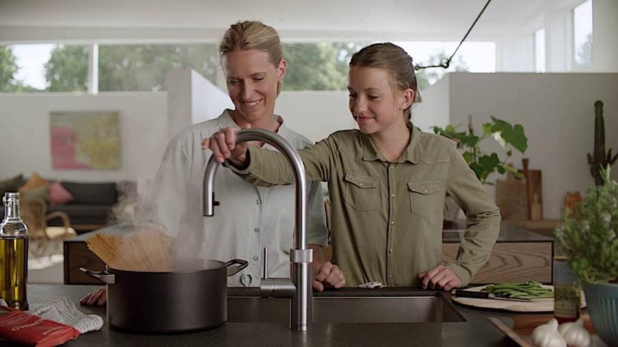 Moeder en dochter bij Quooker kraan